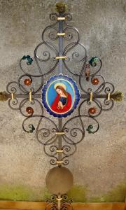 Kreuz mit Marienbildnis und einer geschmiedeten Eule bemalt und blattvergoldet