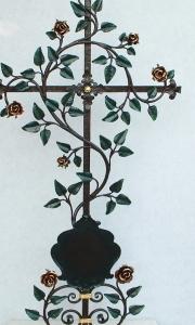 Grabkreuze mit Blumen