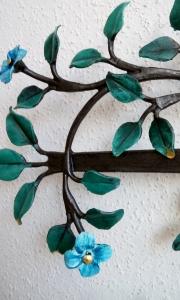 Blüten und Blätter mit Blattgold verziert