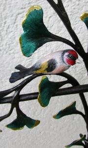 Ginkobaum mit Stieglitz,Rotkehlchen mit Augen aus schwarzen Swarovski-Kristallen