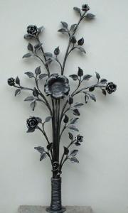 Grabkreuz Rosenstrauß, in der Mitte eine Rose für ein Foto