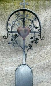 Grabkreuz Röschen mit Dach und Herz ohne Vogerl