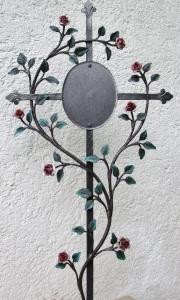 Grabkreuz mit Röslein und Tafel rosa gold bemalt