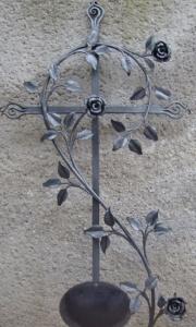 Grabreuz mit Rosenast und Tafel