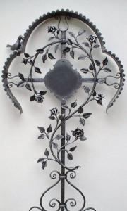 Rosenkreuz mit Dach und Amsel