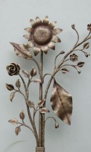 Sonnenblume, Rose und Kirschblütenzweig aus Schmiedeeisen