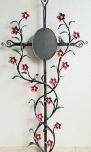 Sternblumenkreuz mit Tafel und zwei Vögelchen, bemalt, Fußteil des Kreuzes besonders schwungvoll gestaltet