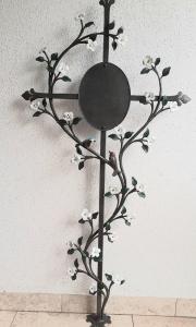 Kreuz Vergissmeinnicht 125x60cm, weiß bemalt mit einem Röschen und Blattgold, zwei Vögelchen bemalt