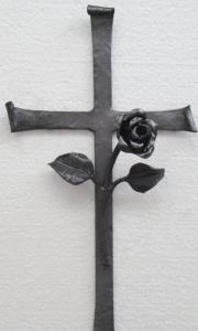 Aufsatzkreuz mit Röslein, gerollte Enden