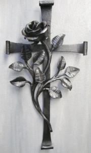 Steinkreuz mit Rosenast