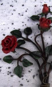 Rosenstrauß rot bemalt