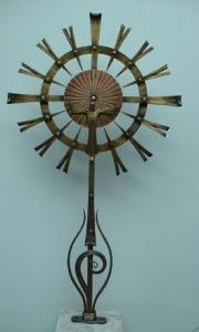Monstranzkreuz mit auferstandenem Christus aus Schmiedebronze