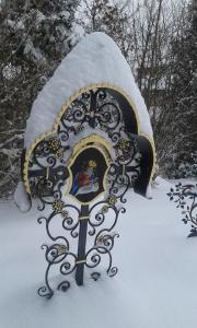 Grabkreuze im Schnee