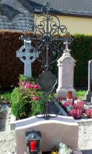 Grabkreuz D mit Tafel und Strahlen