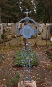 antikes Grabkreuz mit Tafel