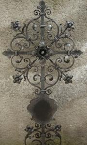 Urnenkreuz E mit Blumen und Tafel 100x50 cm