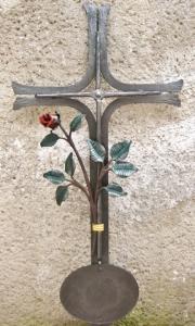 Urnenkreuz U1 mit Tafel und Rosenast, bemalt 90x43 cm