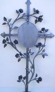 Urnenkreuz mit Röschen und Tafel 80x45 cm