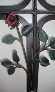 Urnenkreuz mit Rose und Tafel bemalt 96x45 cm