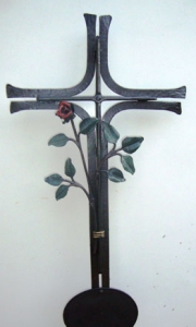 Urnenkreuz mit Rose und Tafel bemalt 96 x 45 cm